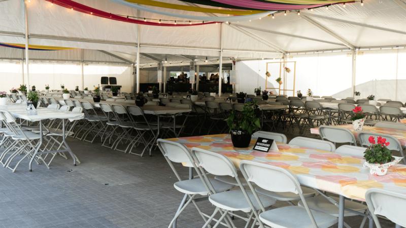 Utleie av telt, bord og stoler! Vi har også duker! | FINN.no